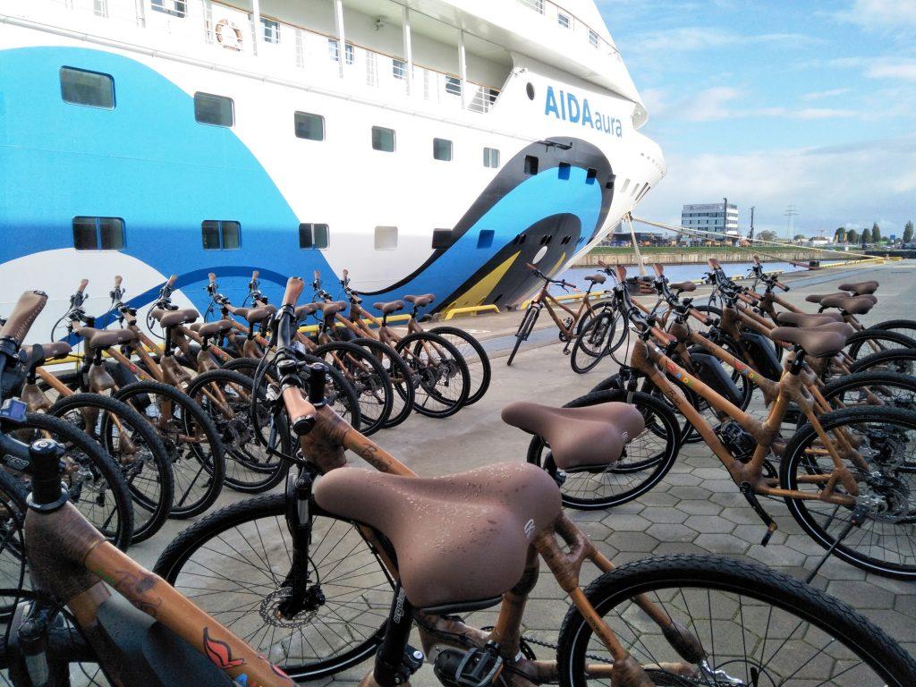Während der dritten AIDA Weltreise reisen 70 ganz besondere Fahrräder der Marke my Boo aus Bambus an Bord von AIDAaura mit.