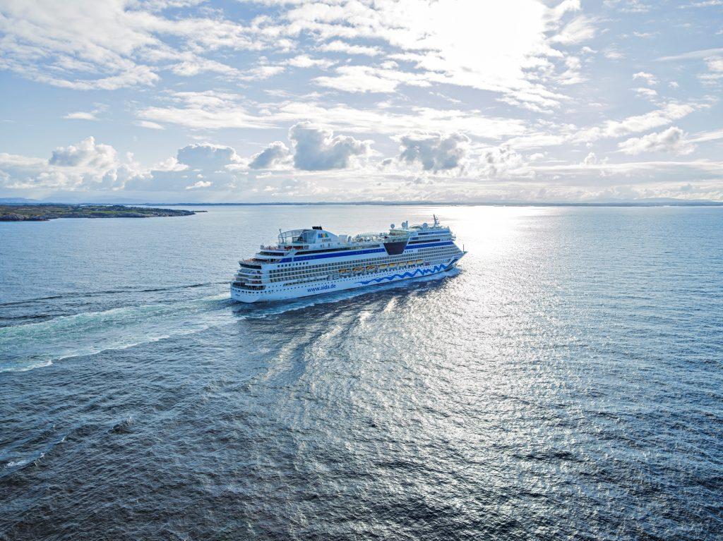 AIDA Cruises legt zum Black Friday attraktive Angebote auf: Mit AIDAsol geht es ab 499 Euro pro Person inklusive Flug durch das Mittelmeer