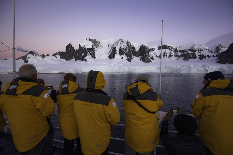 Intrepid Travel, weltgrößter Anbieter für nachhaltige Erlebnis- und Abenteuerreisen, hat für die Reisesaison 2021/22 neue Polarprogramme aufgelegt