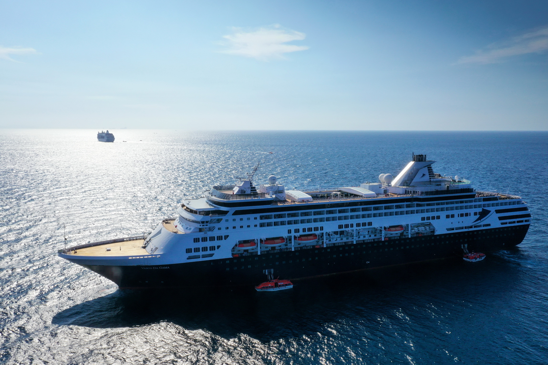 Passagierwechsel auf hoher See: MS VASCO DA GAMA (TransOcean) und MS COLUMBUS (CMV) haben einen Teil ihrer Passagiere auf hoher See ausgetauscht.