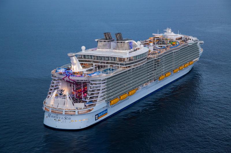 Royal Caribbean Cruises baut wegen der Corona-Krise massiv Stellen ab und schickt rund 1.300 Mitarbeiter in den Zwangsurlaub oder stellt sie frei.