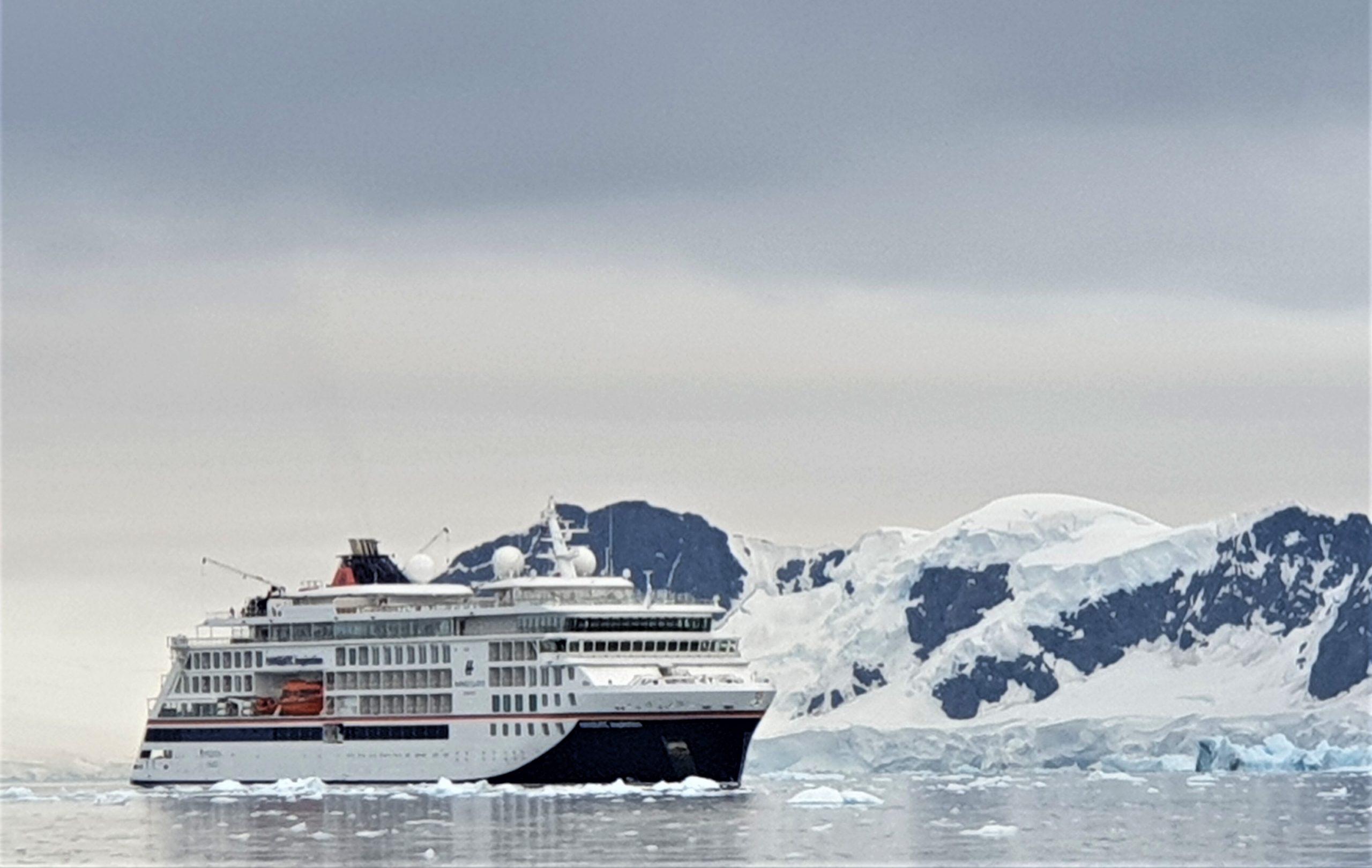 Reportage einer Expeditionskreuzfahrt mit der HANSEATIC inspiration in die Antarktis, nach Südgeorgien und zu den Falklands mit großartigen Tierfotos.