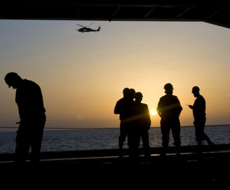 Mehr als 100.000 Crewmitglieder von Kreuzfahrtschiffen sitzen derzeit aufgrund der Coronavirus-Pandemie auf der ganzen Welt fest. Allein die Küstenwache der USA gab bekannt, dass rund 93.000 Crewmitglieder auf Schiffen vor der Küste der USA gefangen sind.
