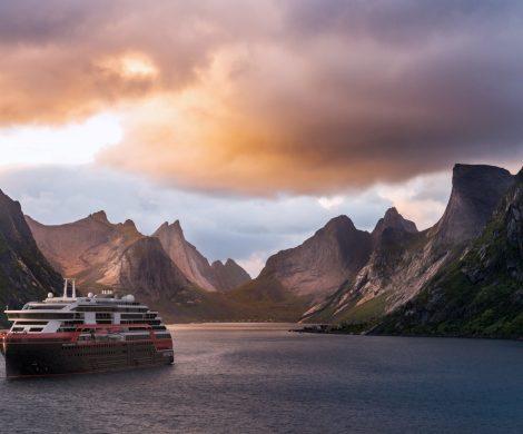 """Mindestens 36 Crew-Mitglieder der """"Roald Amundsen"""" von Hurtigruten haben sich mit dem Coronavirus infiziert. 380 Urlauber müssen jetzt in Quarantäne."""