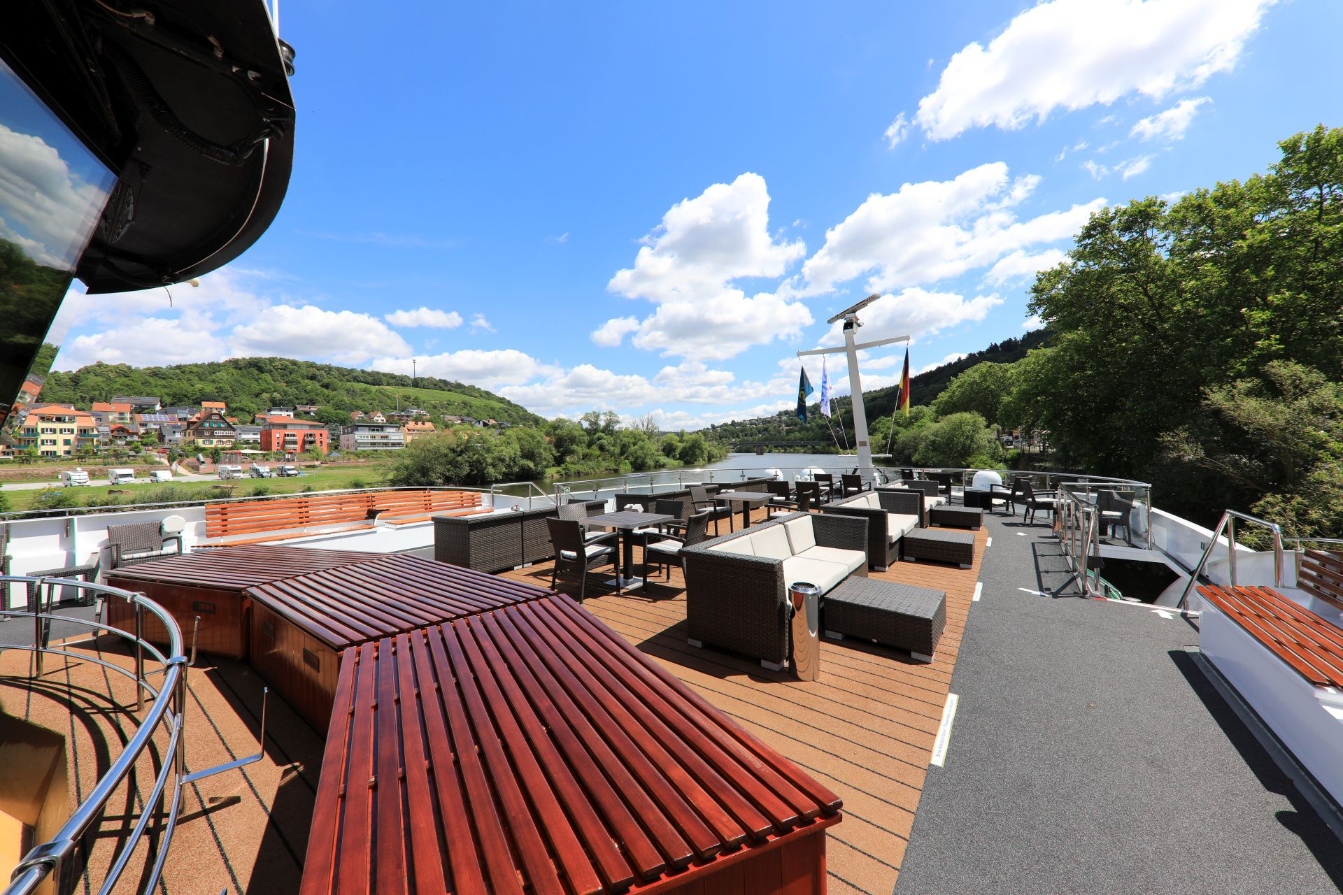 Bei einer Auktion von VIVA Cruises und e-hoi können Interessierte eine Flusskreuzfahrt auf der MS TREASURES für 76 Gäste ersteigern.