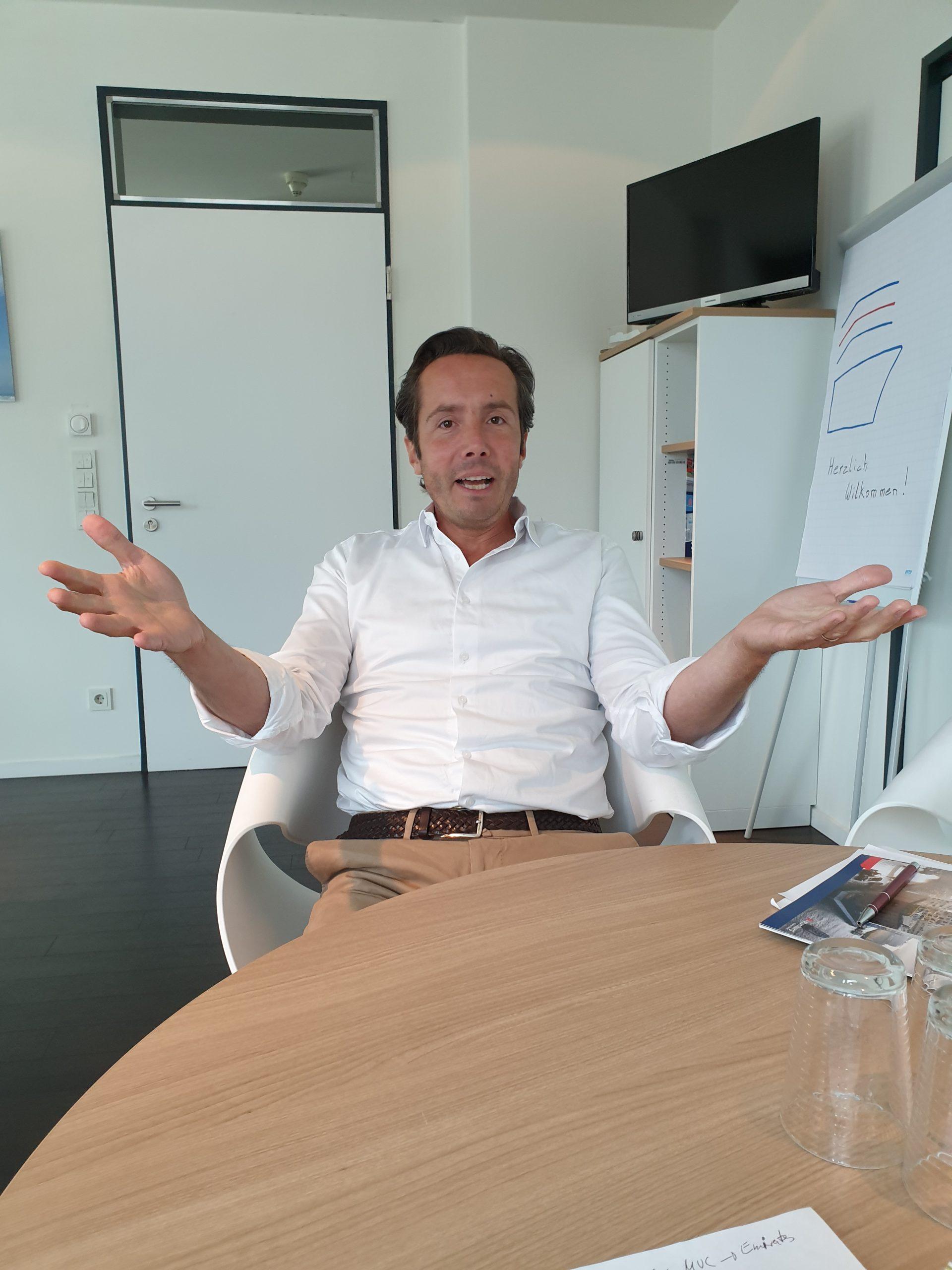 Portrait des Geschäftsführers von Cruise Gate Hamburg (CGH), Simone Maraschi. Die CGH vergibt die Liegeplätze für Kreuzfahrtschiffe in HH