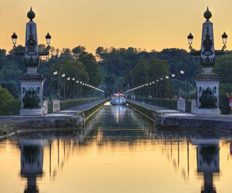 Wer 2021 nach neuen Erlebnissen abseits der Massen sucht, sollte sich einmal Urlaub mit dem Hausboot anschauen. Selbst berühmten Metropolen wie Paris lassen sich mit dem Hausboot erkunden und es finden sich in Europa unzählige schöne Städte, die (noch) nicht auf den typischen Touristenpfaden liegen. Einige von ihnen lassen sich prima per Hausboot besuchen und mit Urlaub in der Natur kombinieren. Locaboat Holidays, einer der führenden Anbieter für führerscheinfreie Hausbootreisen in Europa, empfiehlt vier Touren mit unbekannteren Städten in Frankreich für einen Besuch: