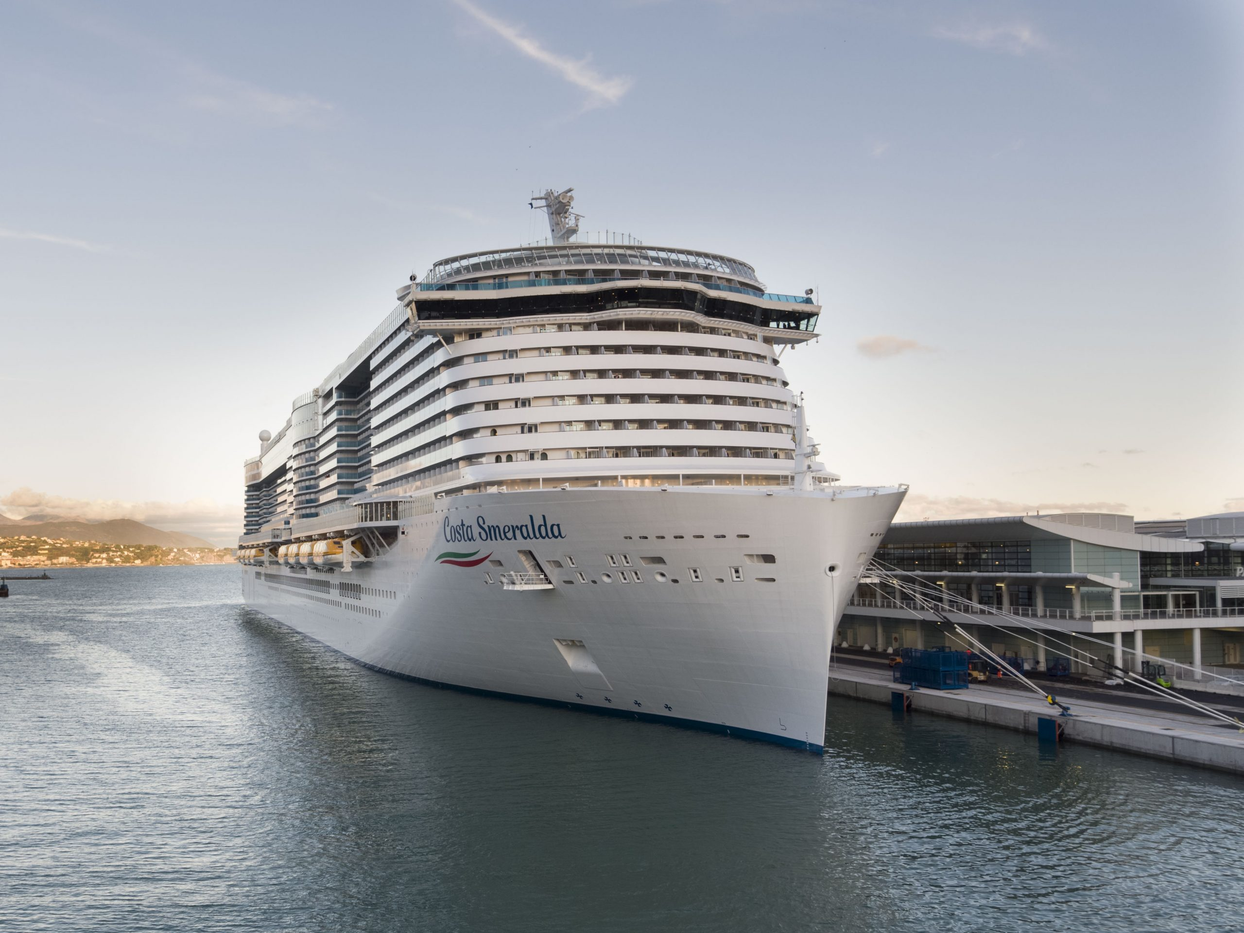 Costa verlängert die Corona-Pause nochmals: Der Neustart mit der Abfahrt des Flaggschiffs Costa Smeralda ist jetzt für den 27. März geplant.