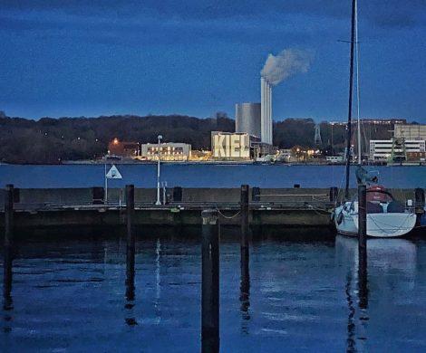 Die Stadtwerke Kiel machen Lichtkunst an der Förde mit einem leistungsstarken Beamer am Küstenkraftwerk mit unterschiedlichen Illuminationen