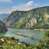Flusskreuzfahrten-Anbieter Amadeus schenkt seinen Gästen im neuen Katalog 2021 auf bestimmten Flüssen Reisepakete für An- und Abreise.