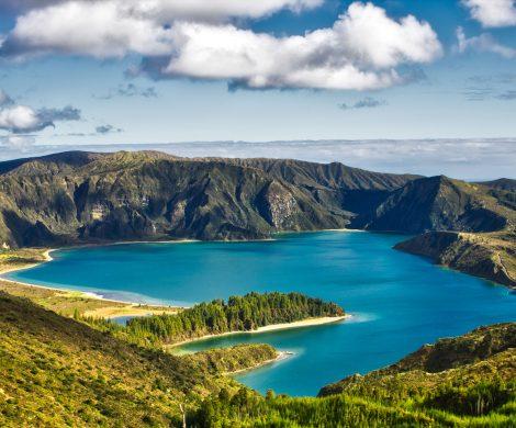 """WORLD VOYAGER nun Ende Mai ab in Richtung Azoren – zur besten Jahreszeit für Walbeobachtungen. Das kleine Expeditionsschiff eignet sich mit seiner überschaubaren Gästeanzahl hervorragend für das Erkunden der Inselgruppe im Atlantik fernab ausgetretener Pfade. Der Archipel begeistert mit imposanten Vulkanlandschaften und einer außergewöhnlichen Pflanzen- und Tierwelt. """"Auf zu neuen Ufern"""" heißt es nun für die Kreuzfahrten ab dem 28. Mai, denn der 2020er Neubau fährt zum ersten Mal die Azoren an."""