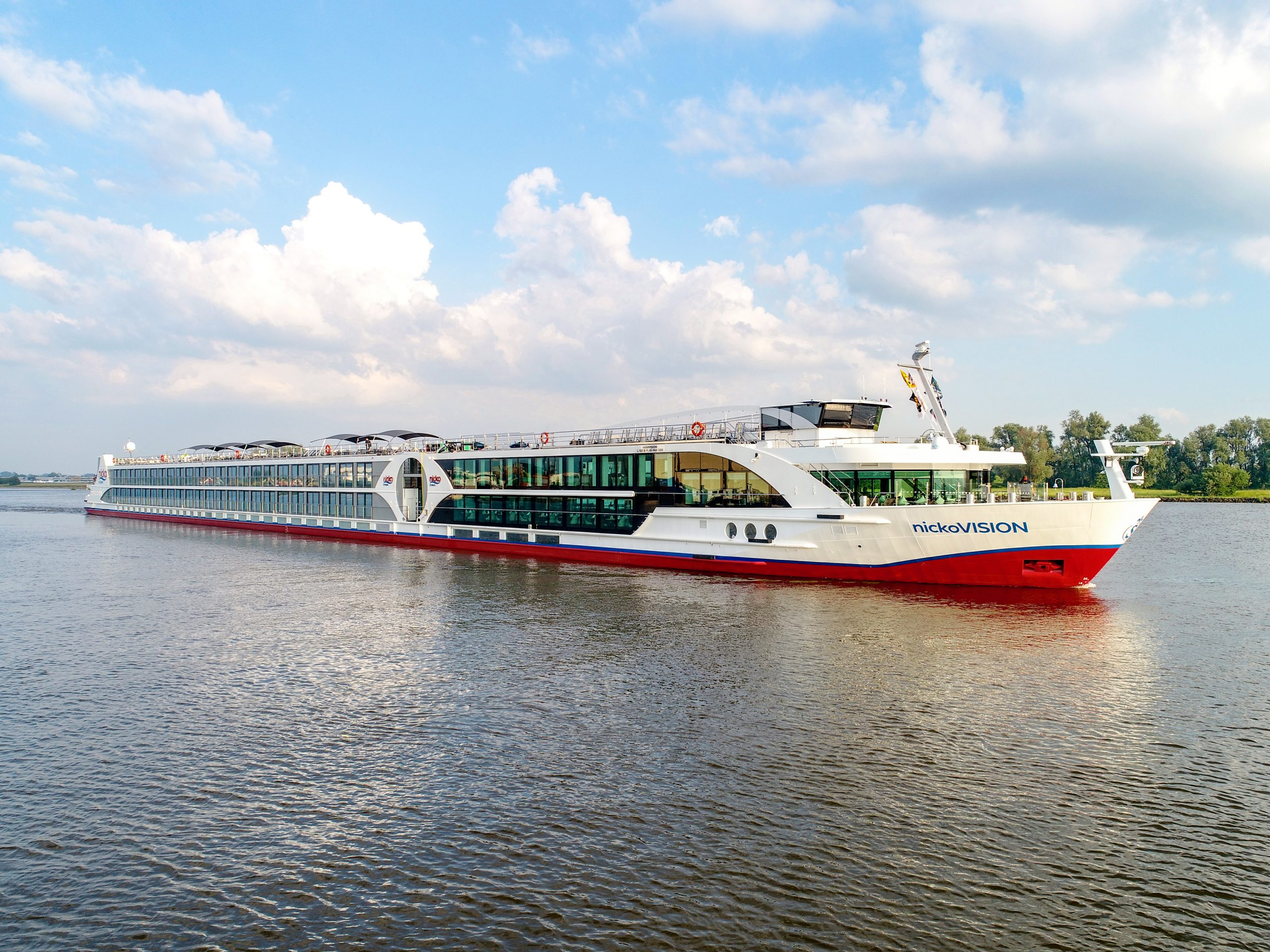 nicko cruises bietet seinen Gästen dieses Jahr noch mehr innerdeutsche Reisen an und lässt die nickoVISION kurzfristig bis August auf dem Rhein fahren.