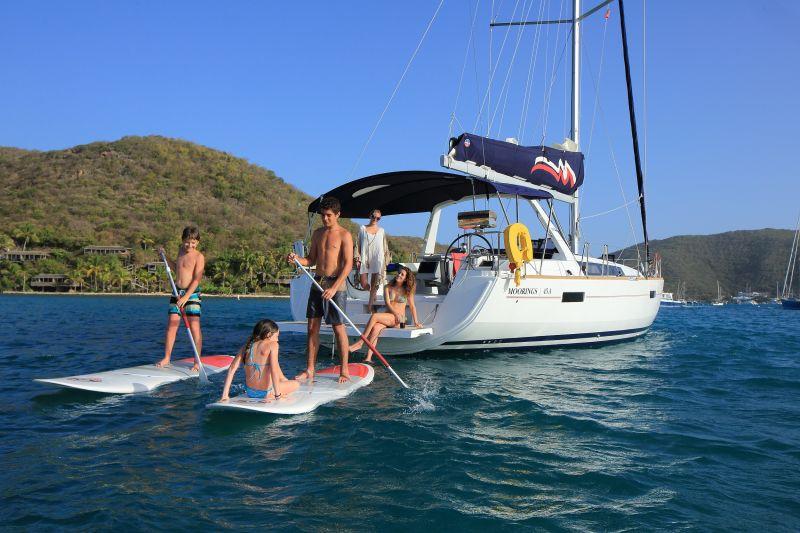Segelreisen mit der ganzen Familie bieten die weltweit tätigen Chartermarken Sunsail und The Moorings an, auf Wunsch mit Skipper