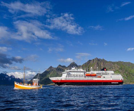 Vor der Westküste Norwegens ist ein Schiff der Reederei Hurtigruten in Seenot geraten.