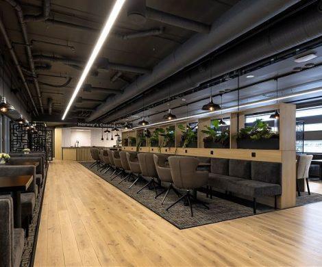 Hurtigrouten hat in Bergen eine Lounge für seine Gäste eröffnet. Auf 524 m² können die Hurtigruten-Gäste im modernen skandinavischen Ambiente im Stil der Hurtigruten-Postschiffe bereits vor ihrer Reise entspannen.